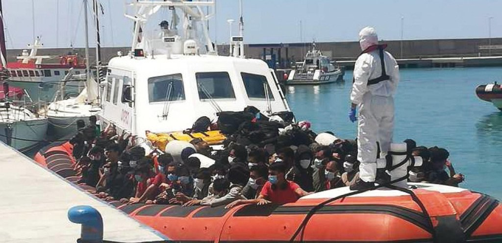 A group of migrants is being assisted with anti-Covid procedures during a landing in Roccella Jonica in Calabria, July 6, 2021 | Photo: ANSA/QdS