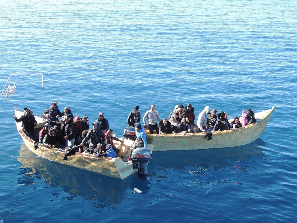 ANSA / الشرطة المالية الإيطالية توقف قاربين يقلان مهاجرين جزائريين، وتقودهما إلى سانت أنتيوكو في جنوب سردينيا. المصدر: أنسا.
