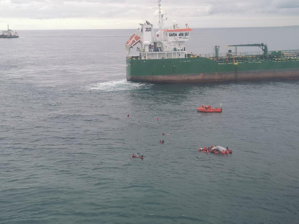 D'importants moyens ont dû être déployés, samedi 23 octobre 2021, pour secourir 39 personnes dans la Manche. Crédit : @premar/Twitter