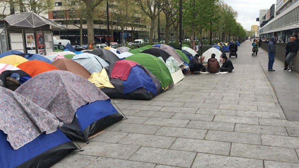 RFI/Mike Woods |Campement de migrants de la porte d'Aubervilliers, dans le nord de Paris, où vivent des centaines de personnes.