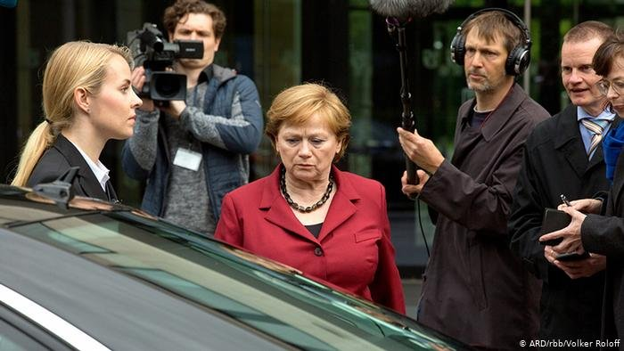 ARD/rbb/Volker Roloff |الممثلة الالمانية إيموغن كوغه في دور المستشارة أنغيلا ميركل