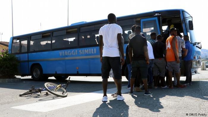 گروهی از مهاجران در جزیره سیسیلی
