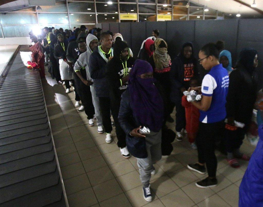 مهاجرون من ساحل العاج قادمون من ليبيا إلى أبيدجان. المصدر: إي بي إيه / ليجنان كوولا.