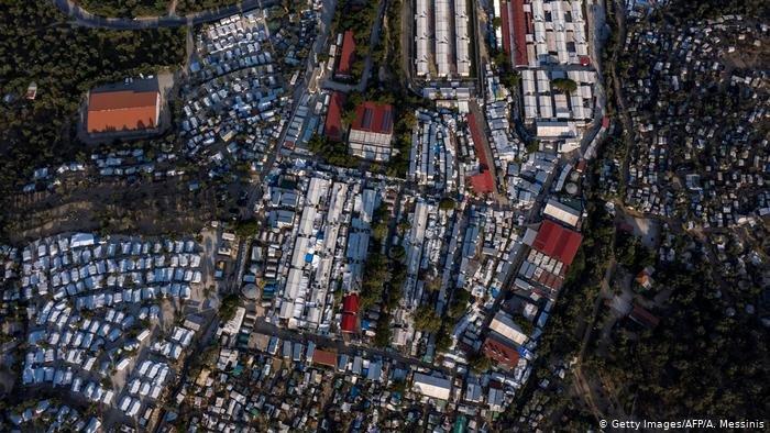 Getty Images/AFP/A. Messinis |تحذير من تفشي عدوى الإصابة بفيروس كورونا بين اللاجئين في مخيم موريا المكتظ