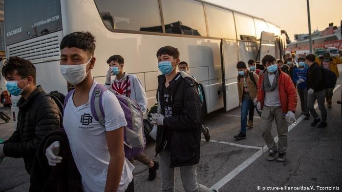 روند انتقال گروهی از مهاجران زیرسن بدون سرپرست افغان و سوریایی از یونان به آلمان. سن و سال این مهاجران در پارلمان آلمان بحث برانگیز شده است.