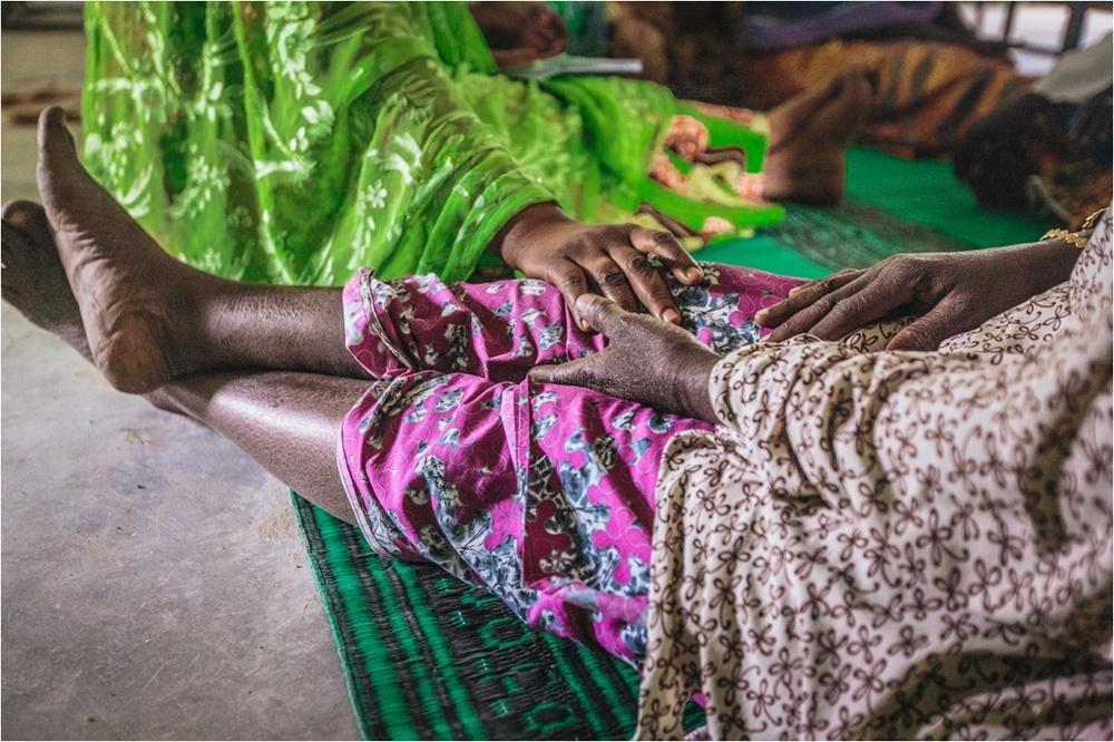 ANSA / أحد أعضاء منظمة الهجرة الدولية يقود مهمة دعم نفسي لامرأة من غرب أفريقيا. المصدر: منظمة الهجرة الدولية/ ميوسي محمد.