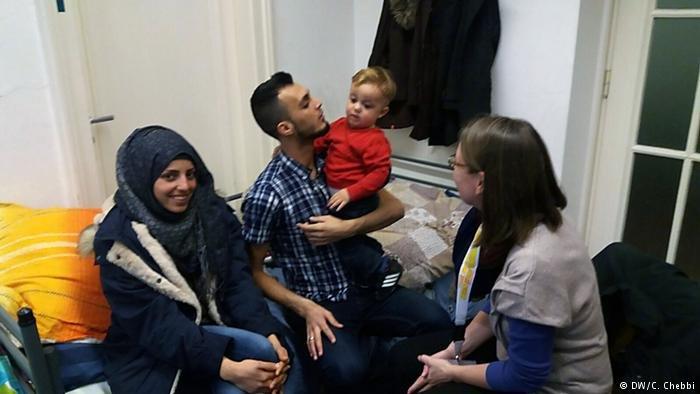 يبقى اللاجئ قلقا حتى تلتحق به أسرته