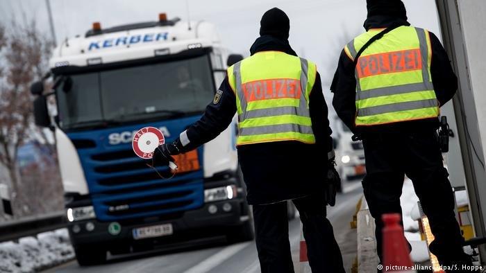 الشرطة الألمانية تقوم بضبط الشاحنات لمنع الهجرة غير القانونية