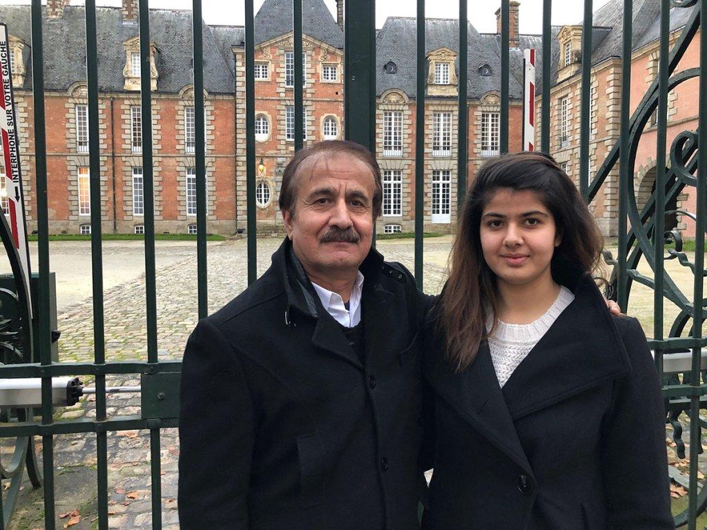 زحل  و پدرش، نجیب الله پردیس که از سال  ٢٠٠۴ بدینسو در فرانسه زندگی میکند. عکس از صفحه سیماد
