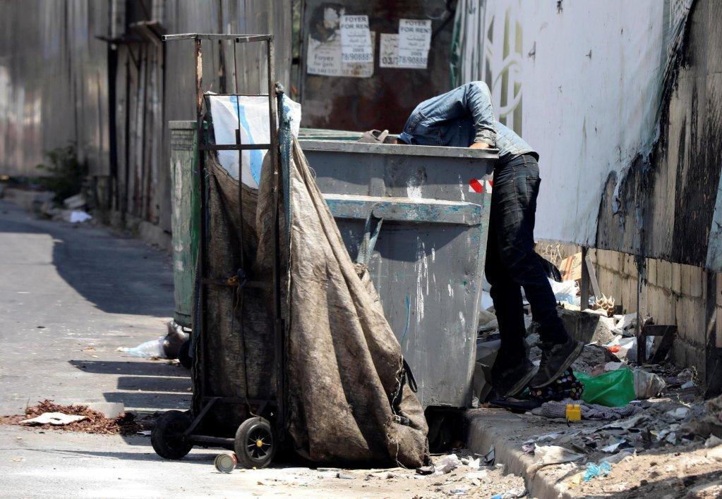 REUTERS/Mohamed Azakir/ |Un homme en train de fouiller dans une poubelle dans les rues de Beyrouth. (Illustration)