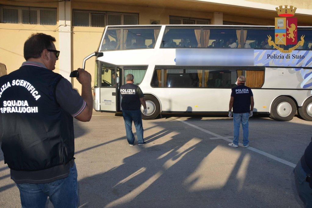 ANSA / عملية الشرطة التي أدت لضبط المهربين على متن قارب المهاجرين، الذي تم إنقاذه بواسطة سفينة حرس السواحل. المصدر: أنسا/ بوزالو دي ستاتو.