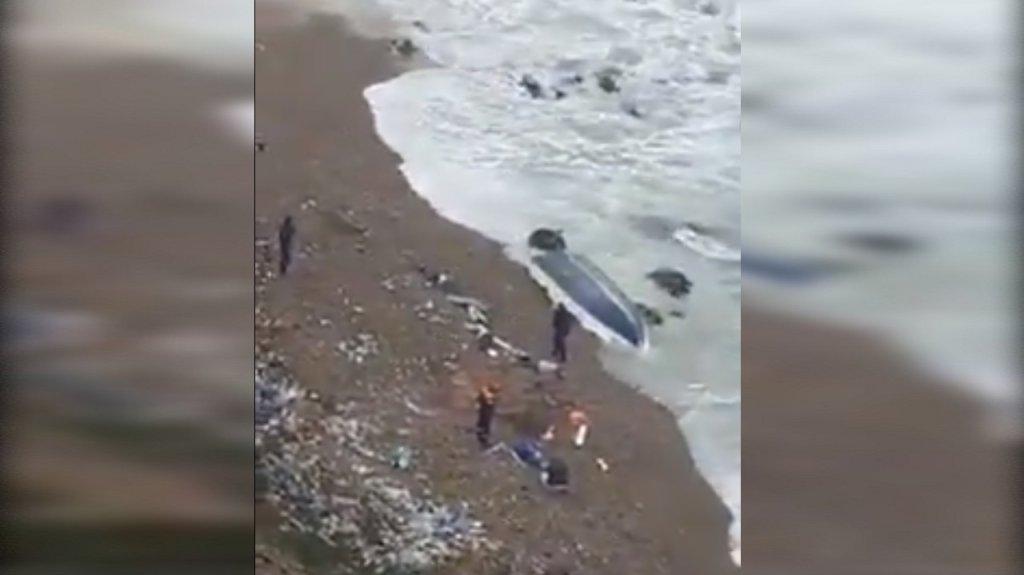 Capture d'écran d'une vidéo de l'embarcation naufragée à Mostaganem, en Algérie. Crédit : Twitter / @Heroesdelmar