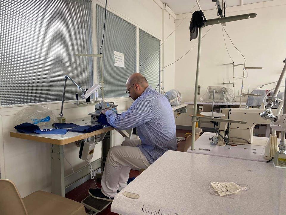 صخر إدريس أثناء عمله التطوعي في صنع الكمامات. الحقوق محفوظة