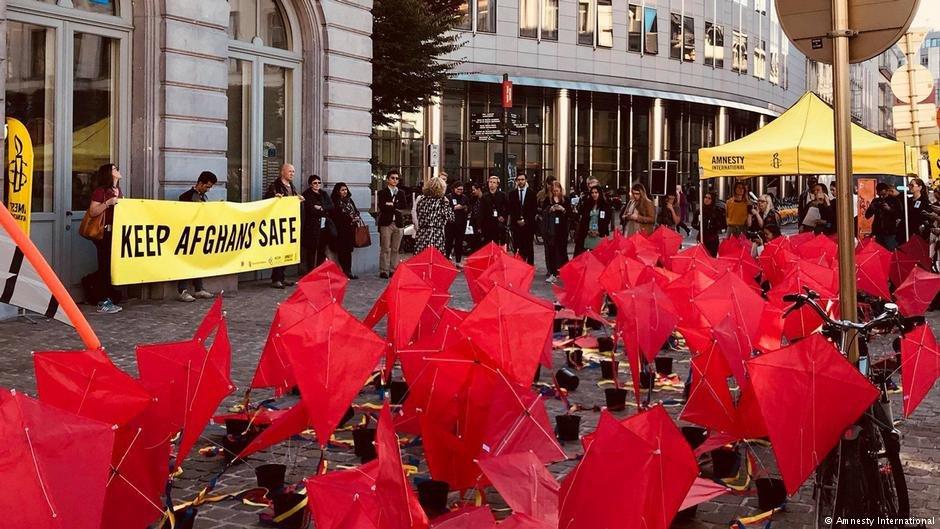 تظاهرات سازمان عفو بین الملل و شماری از معترضین در برابر پارلمان اروپا برای جلوگیری از اخراج پناهجویان افغان.