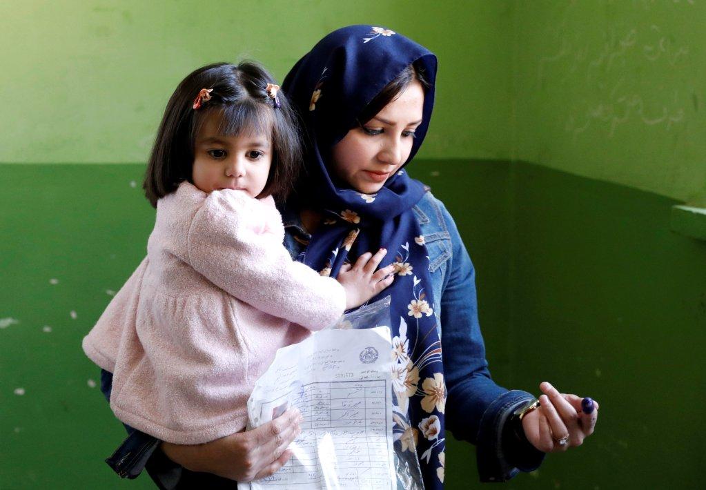د اکتوبر ۲۰مه نېټه، کابل کې افغانه ښځه د رای ورکولو پر مهال. کرېډېټ: رویترز/محمد اسماعیل