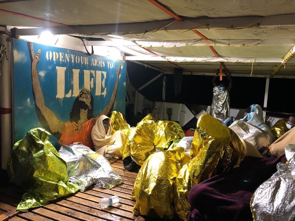 """يتواجد على متن """"أوبن آرمز"""" حاليا 278 مهاجرا، بحاجة لميناء آمن. الصورة من حساب منظمة """"أوبن آرمز"""" على تويتر."""