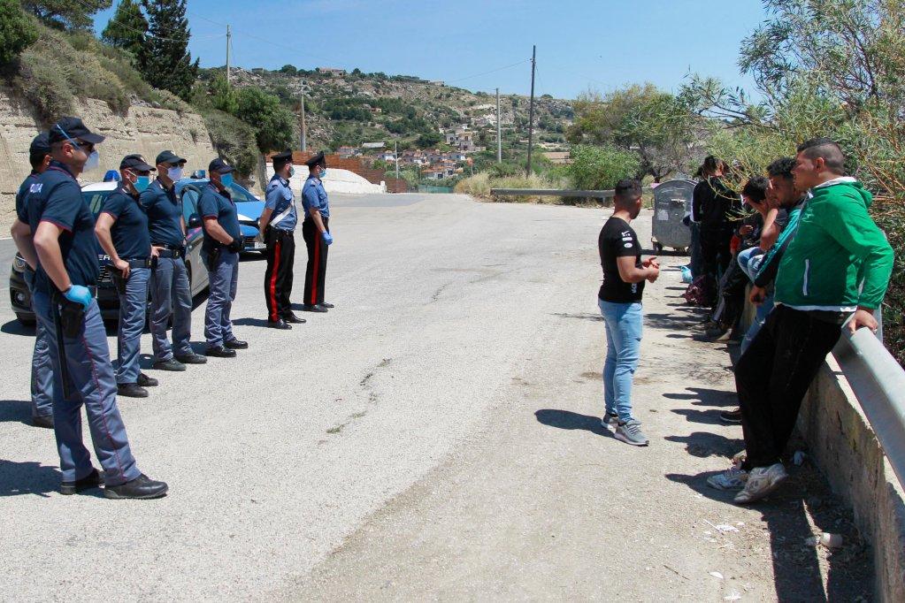 © Sandro Catanese, AFP |La police italienne arrête et interroge des migrants.