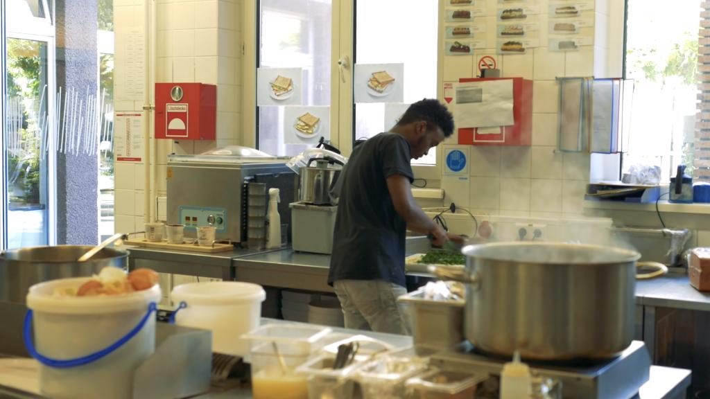 Réfugié somalien à Vienne, Gault Ibrahim travaille dans les cuisine de l'hôtel Magdas depuis plusieurs mois. Crédit : Aasim Saleem/InfoMigrants