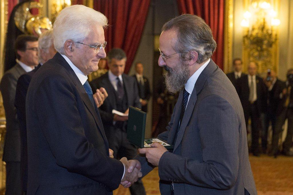 """ANSA / الرئيس الإيطالي سرجيو ماتاريللا يقدم جائزة """"أومري"""" لأنطونيو سيلفيو كالو لاستضافته المهاجرين في منزله. المصدر: أنسا / كويرنيالي / فرانشيسكو أماندولا."""
