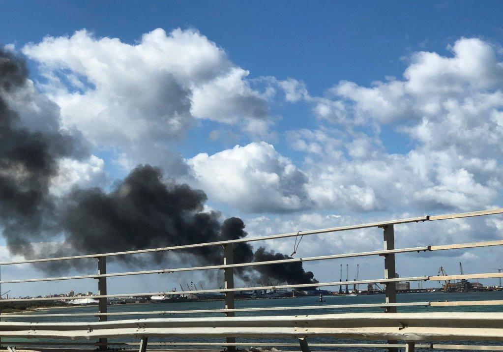 Le port de Tripoli en feu après un bombardement survenu le 18 février 2020. Crédit : Reuters
