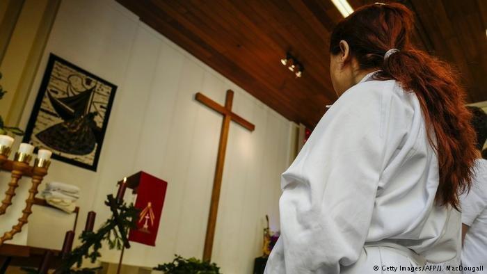 عکس از آرشیف/ مراسم غسل تعمید افرادی که در آلمان به مذهب مسیحیت گرویده اند.