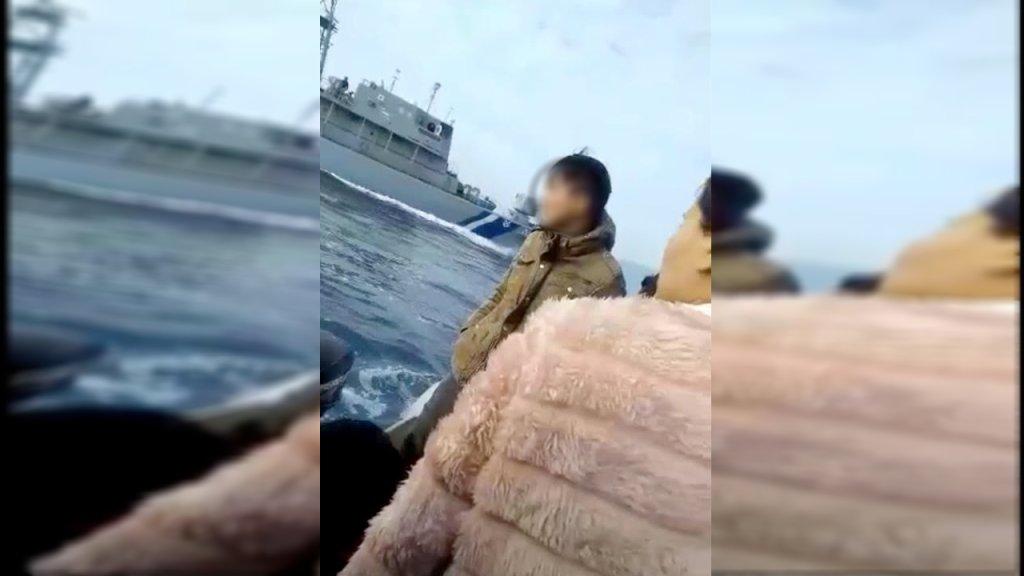 صورة ملتقطة من فيديو أثناء ملاحقة خفر السواحل لقارب مهاجرين قرب ليسبوس.