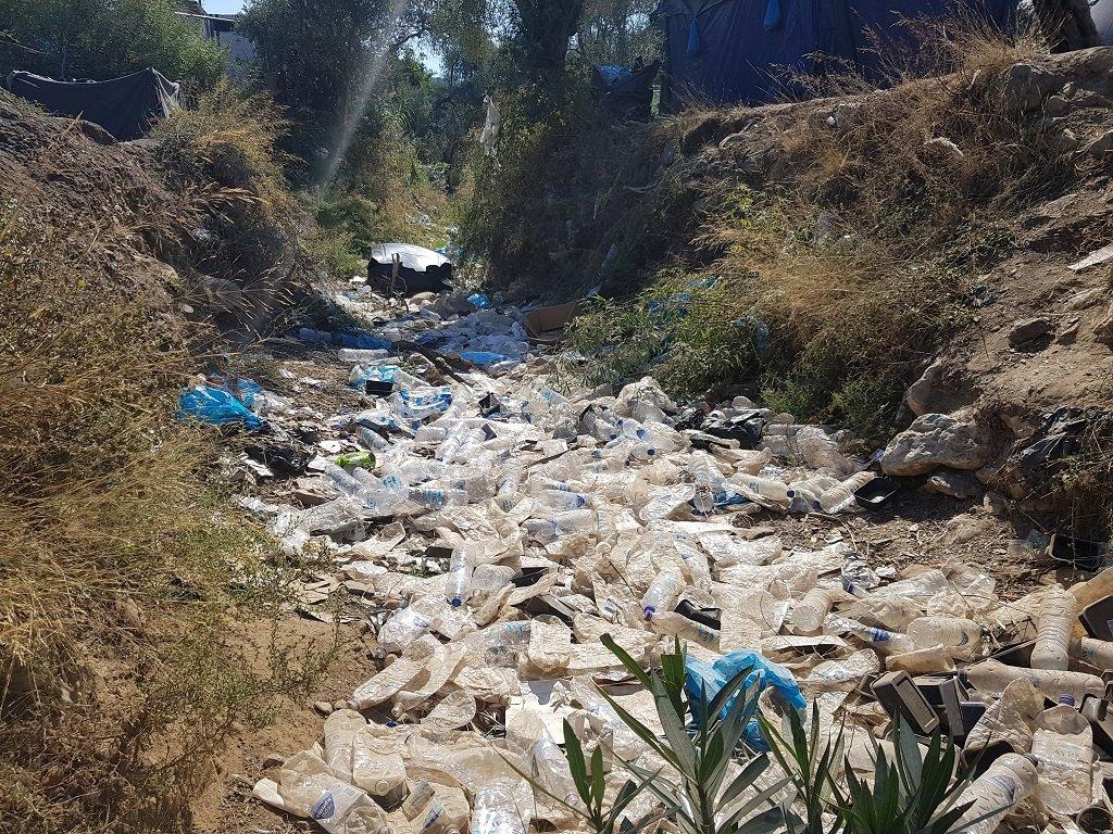 نهر من النفايات والقناني البلاستيكية داخل مخيم موريا 3/10/2019. مهاجر نيوز\أرشيف
