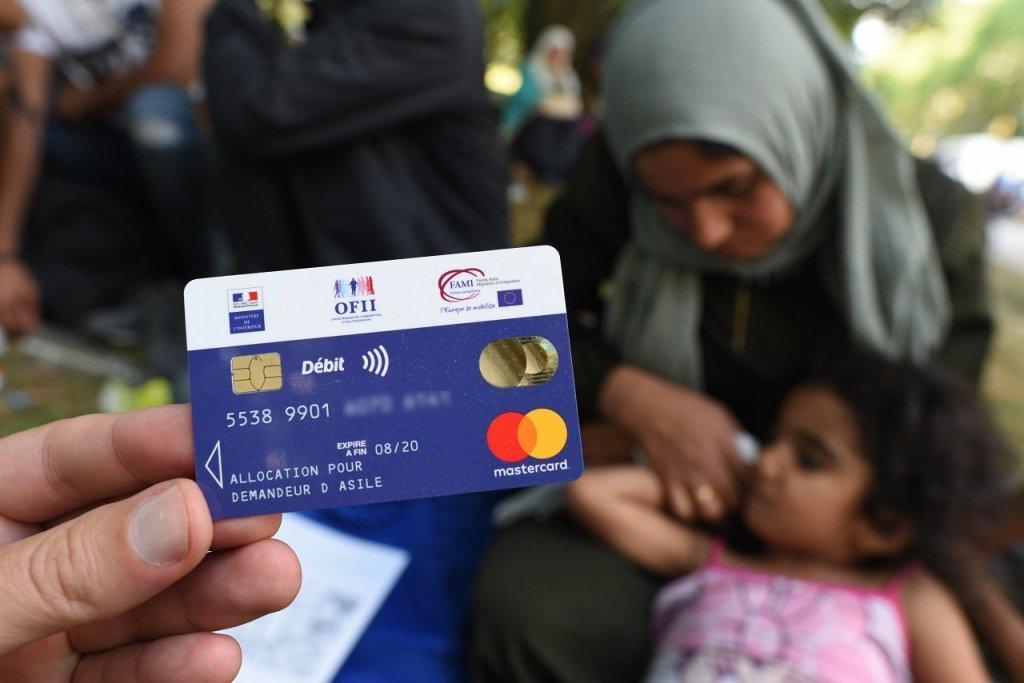 کارت بانکی خرید روزانه برای پناهجویان. عکس از مهدی شبیل