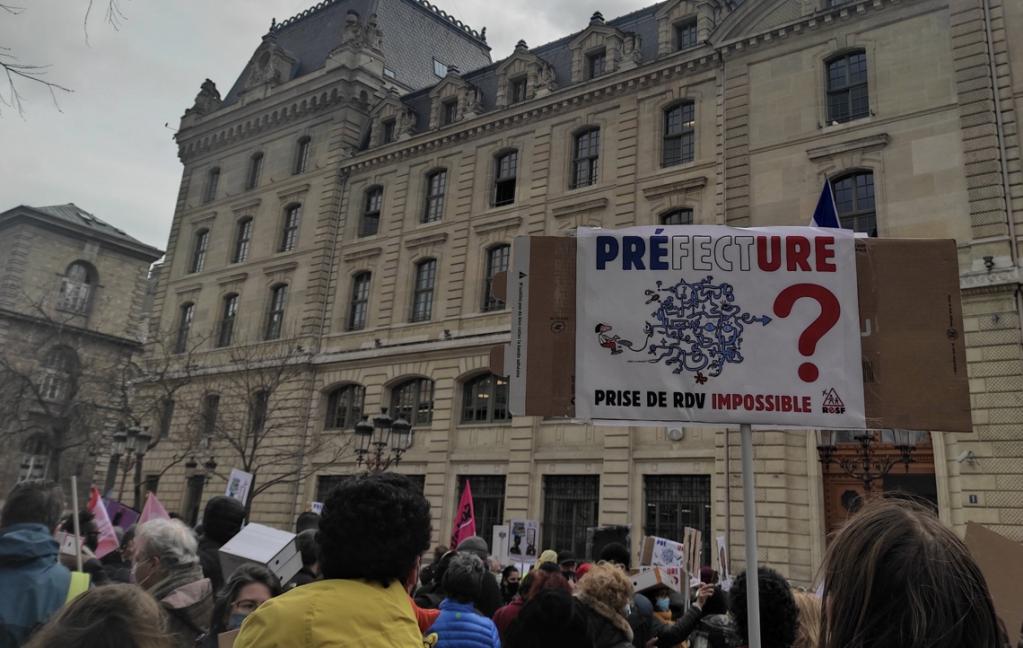 Manifestation devant la préfecture de Paris, le vendredi 12 mars 2021. Crédit : Capture d'écran du compte Twitter @Adrian_crc