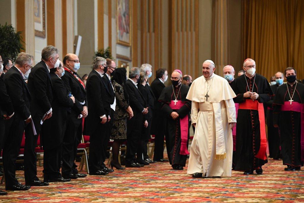 البابا فرنسيس أثناء إقامة صلاة في حضور أعضاء السلك الدبلوماسي المعتمدين لدى الكرسي الرسولي في الفاتيكان. المصدر: إي بي إيه / أنساميد.