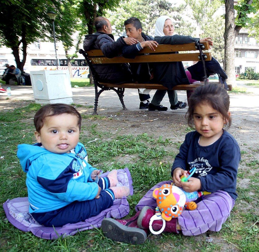 ANSA / أطفال مهاجرون يستريحون في طريقهم إلى دول الاتحاد الأوروبي خلال عبورهم العاصمة الصربية بلغراد. المصدر: إي بي إيه/ كوتشا سوليمانوفيتش.