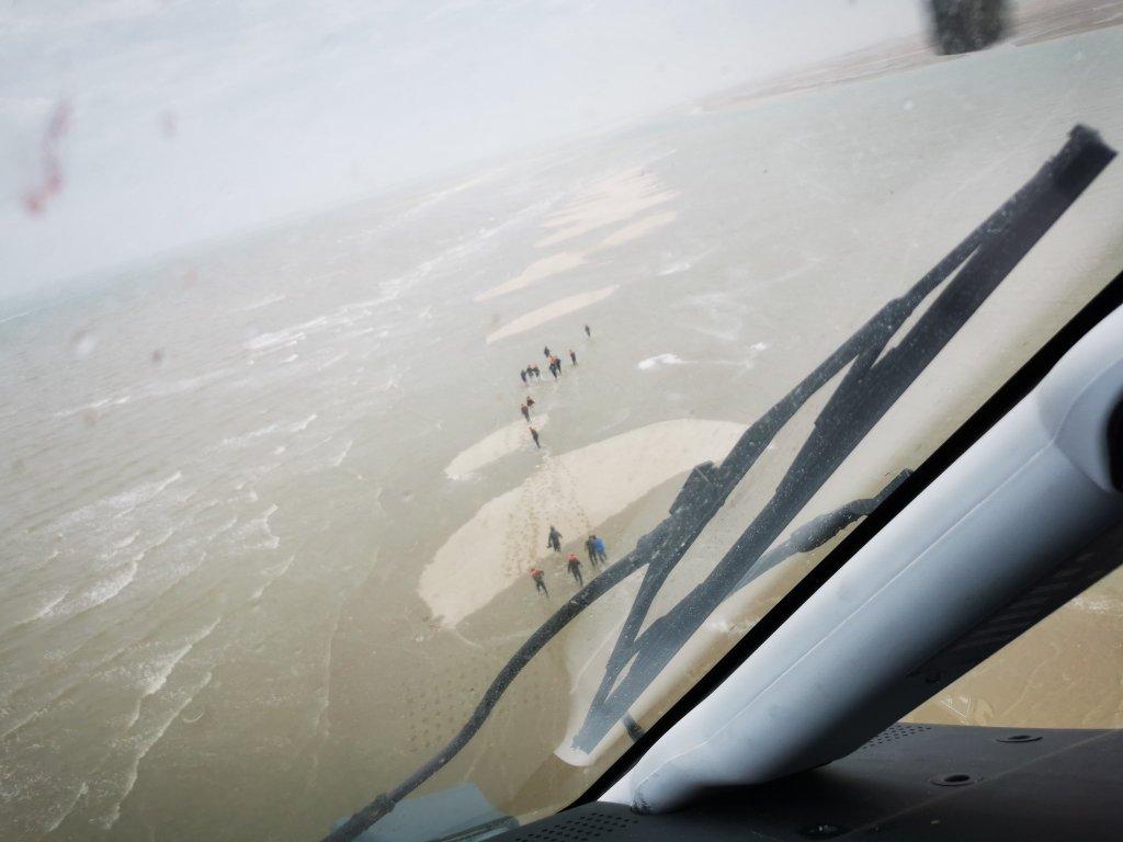 Des migrants échoués sur un banc de sable, dans la Manche. Crédit : Préfecture maritime de la Manche et de la mer du Nord
