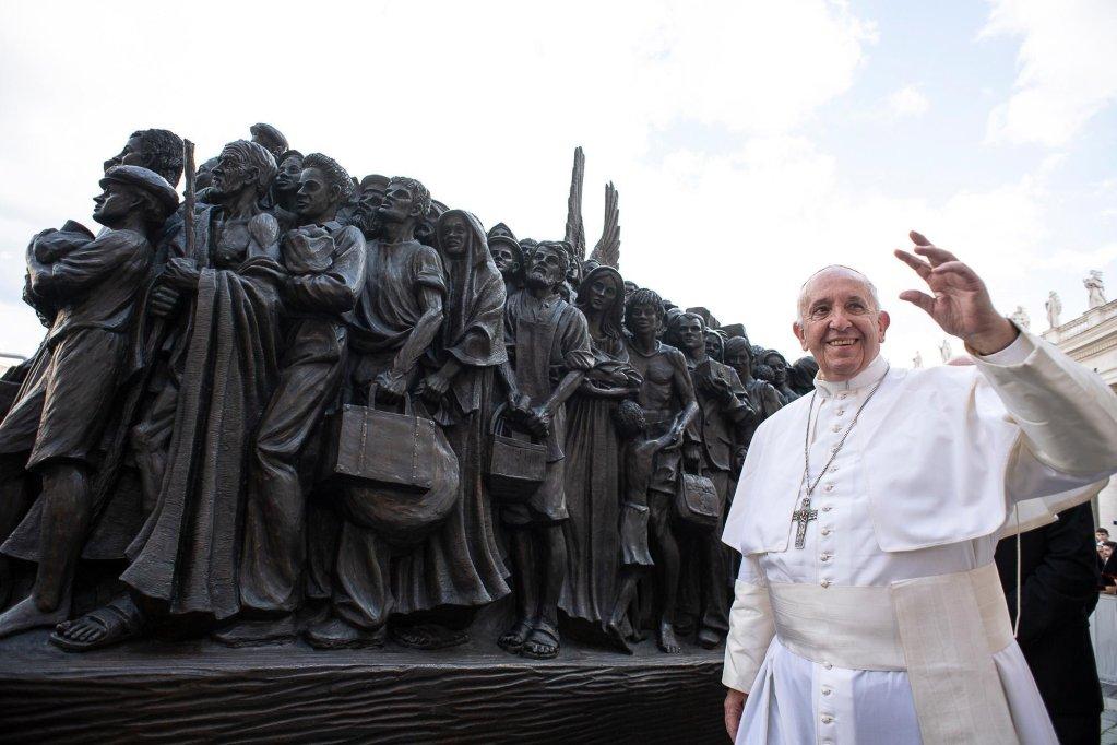 """البابا فرنسيس يشارك في إزاحة الستار عن التمثال الذي يحمل عنوان """"ملائكة لا يدركون""""، في أعقاب صلاة بمناسبة اليوم العالمي للمهاجرين في ميدان سانت بيتر. المصدر: المكتب الصحفي للفاتيكان."""