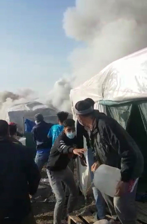 آتش سوزی در اردوگاه کاراتیپه در جزیره لیسبوس یونان  (۹ مارچ ۲۰۲۱) عکس از: یک پناهجوی افغان از اردوگاه کاراتیپه