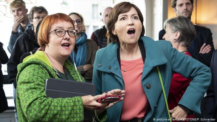 رئيسة حزب الخضر السويسري ريغولا ريتز (يمين الصورة) مع زميلتها ناتالي إيمبودن (على يسار الصورة) عند إعلان نتائج الانتخابات البرلمانية