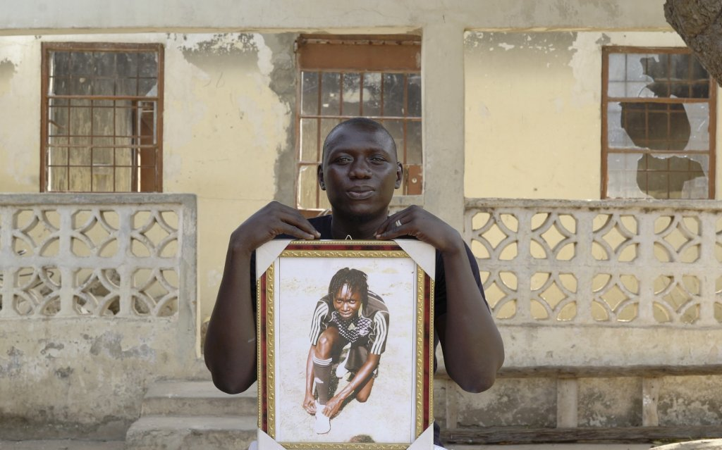 مومودو يحتضن صورة شقيقته الراحلة فاطمة جورة