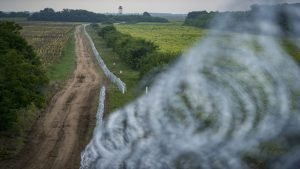 La frontière serbo-hongroise est protégée avec des grillages. Crédit : Ansa