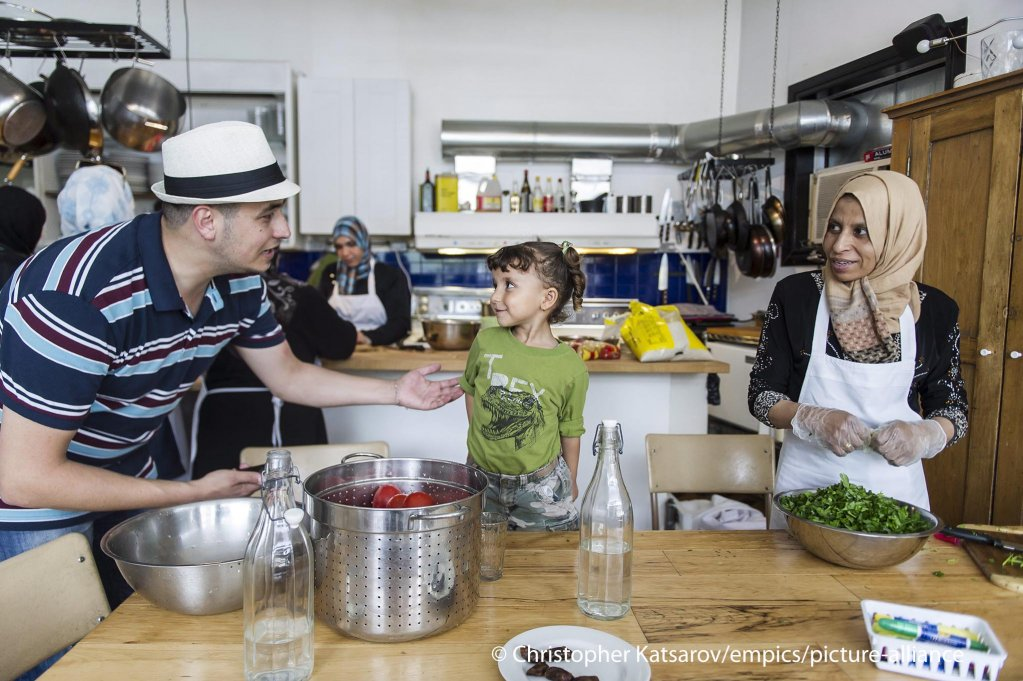 Preparing a meal at the Newcomer Kitchen Project for Syrian migrant women in Toronto, Canada, 2016 | Photo: picture-alliance/C. Katsarov