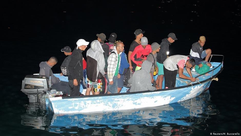 گروهی از مهاجران به بندر لامپدوزا رسیده اند./عکس: Reuters