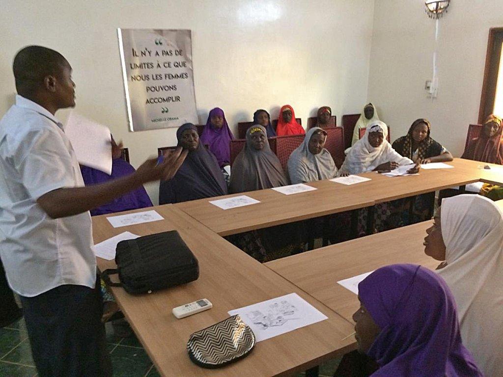 ©RFI/David Baché |Abdoulkarim Ado enseigne à des groupements de femmes les rudiments du commerce.
