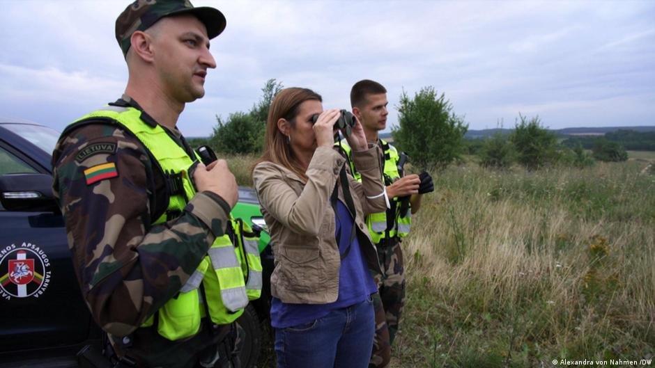 DW's Alexandra von Nahmen with Lithuanian border guards Vitautas and Justas | Photo: Alexandra von Nahmen