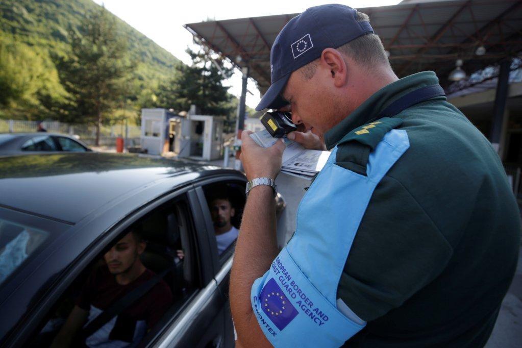 Un agent de Frontex vérifie les papiers à la frontière entre l'Albanie et la Grèce, au poste-frontière de Kapshtica, en Albanie. Crédit : REUTERS/Florion Goga