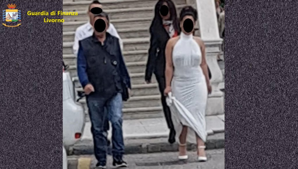 صورة من شريط فيديو نشرته الشرطة حول عملية تفكيك منظمة تقوم بترتيب الزيجات بين إيطاليين وأجانب للحصول على تصاريح إقامة. المصدر: أنسا.