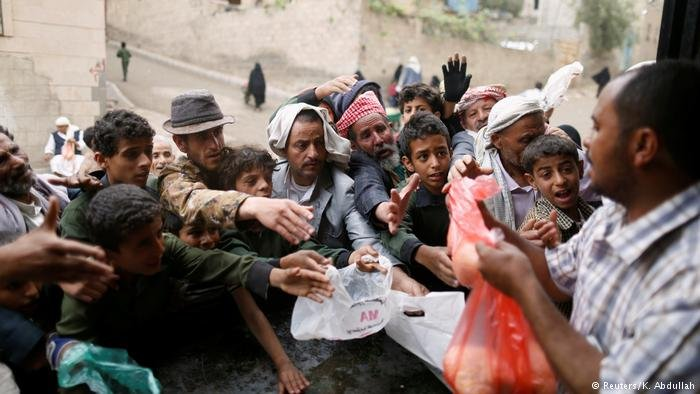 Yemen Sanaa - Menschenmengen bei Essensausgabe (Reuters/K. Abdullah)
