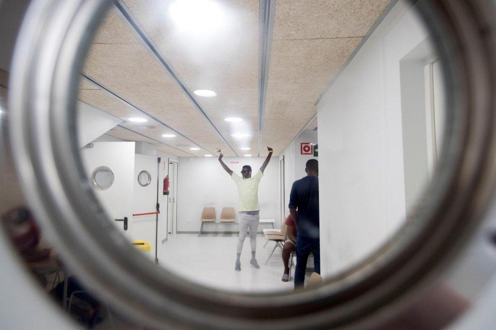 ANSA / مهاجرون في مركز الطوارئ الليلي في برشلونة. المصدر: إي بي إيه/ مارتا بيريز.