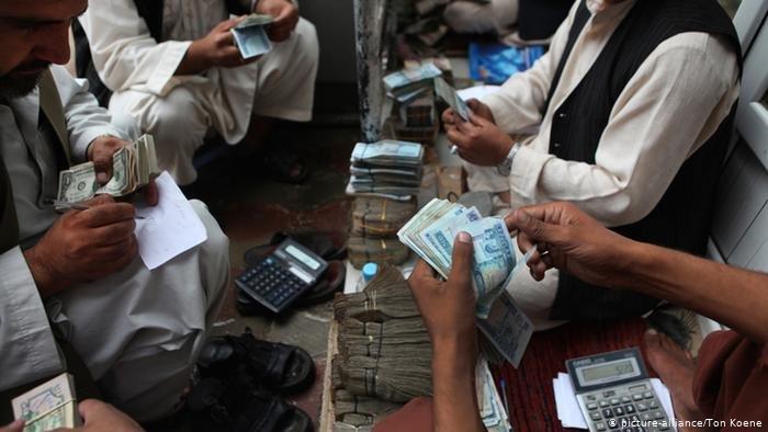 یک بازار تبادل اسعار در افغانستان