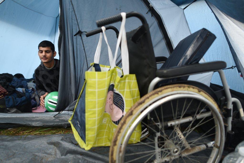 Rahmane, un jeune kurde de 15 ans souffrant de paraplégie, vit à Calais dans le camp du Virval. Crédit : Mehdi Chebil