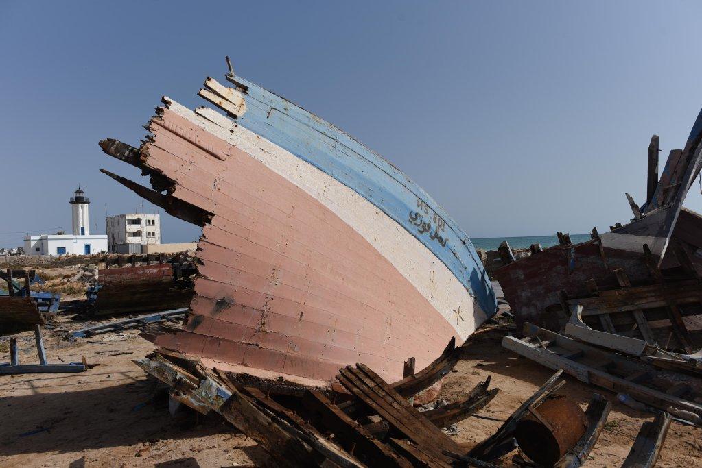 Les embarcations clandestines interceptées par la garde maritime tunisienne sont coupées en deux pour empêcher leur réutilisation. Quelques carcasses pourrissent ainsi à proximité du port de Zarzis. Crédit : Mehdi Chebil