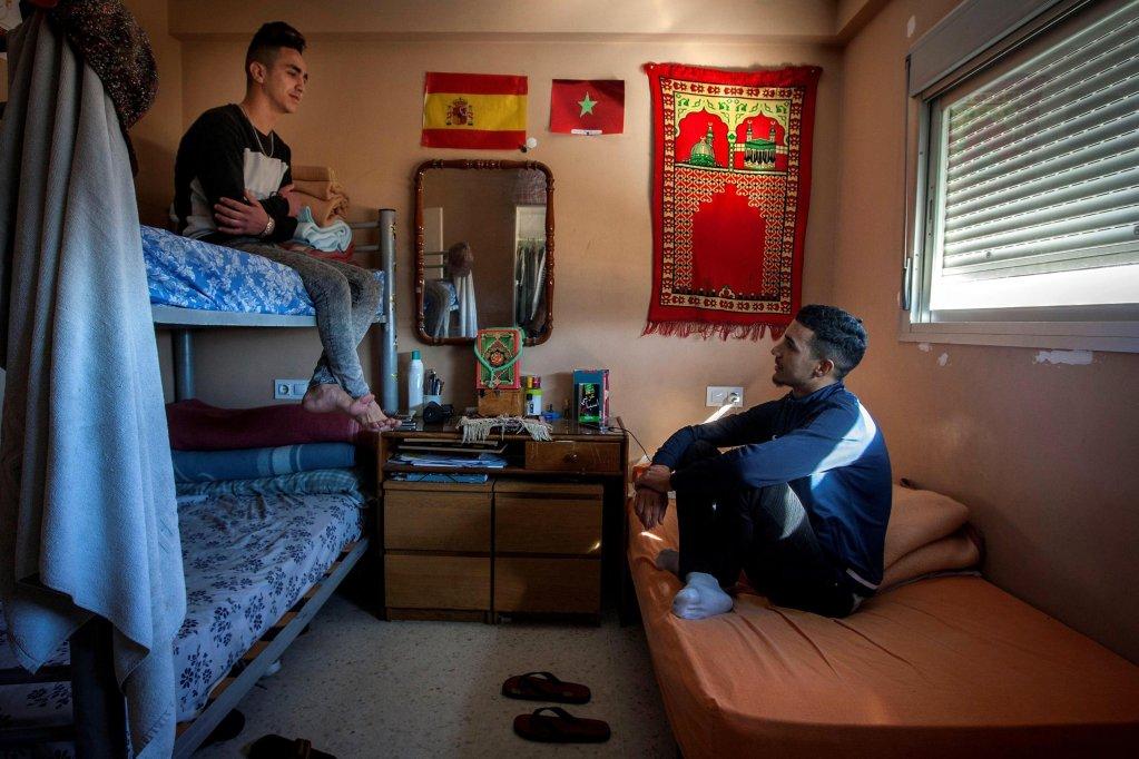 "ANSA / مهاجرون شباب يتحدثون في شقة مشتركة بعد أن غادروا إحدى شقق منظمة ""متطوعين من أجل عالم آخر"" غير الحكومية في كاديز بإسبانيا. المصدر: إي بي إيه/ رومان رويس."
