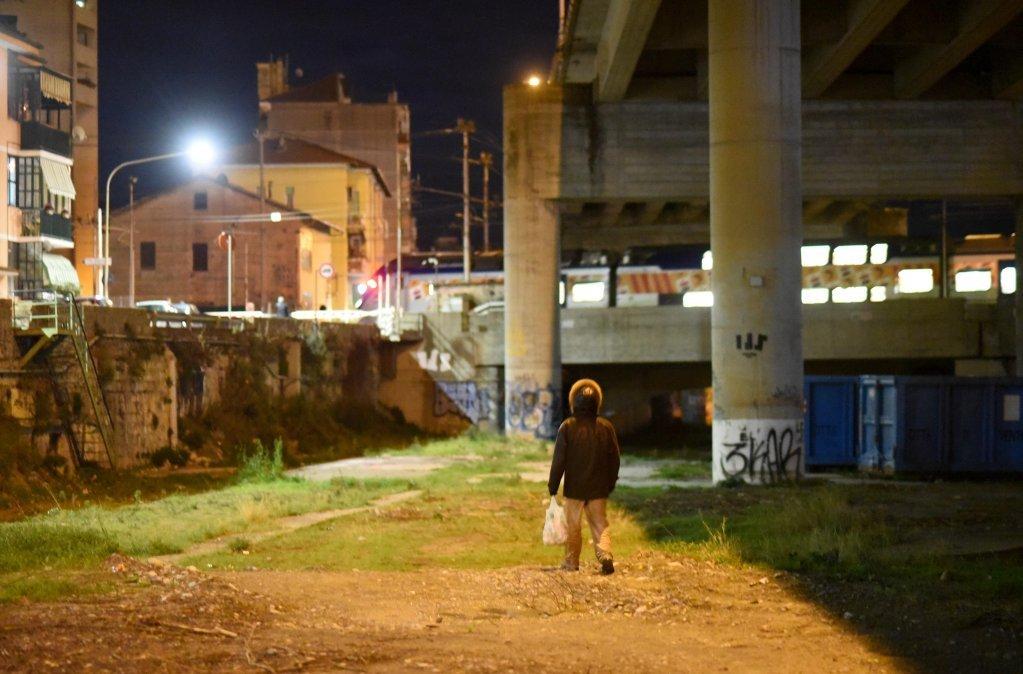حدود ۱۰۰ تا ۲۰۰ نفر در جادههای شهر وینتیمیل  ایتالیا سرگردان هستند و در ساختمانهای متروک زندگی میکنند. عکس آرشیف از مهاجر نیوز